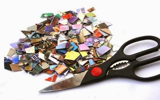 Umas das formas destruir um DVD ou CD é com a tesoura - 560x352
