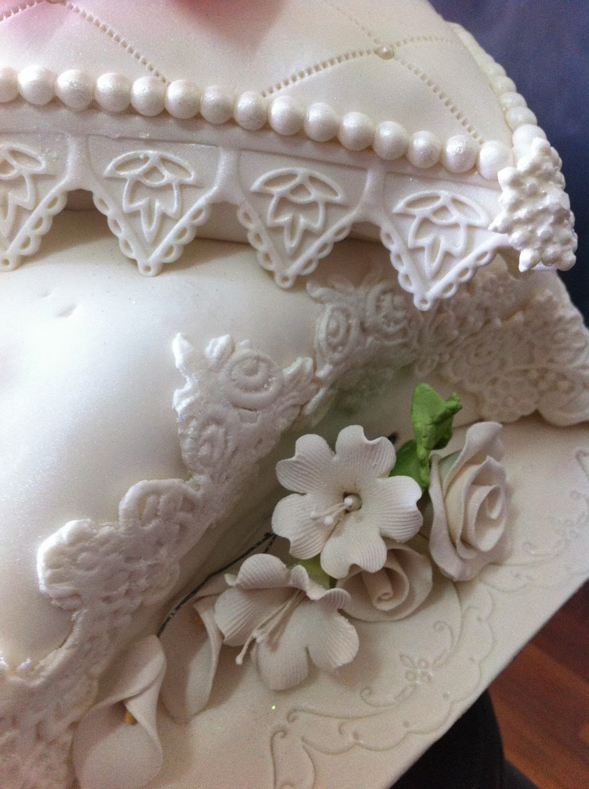 fadeliciouscakes PILLOW WITH SHOES WEDDING CAKE