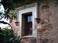 Detall d'un finestral amb mènsules esculpides del mas Francesc