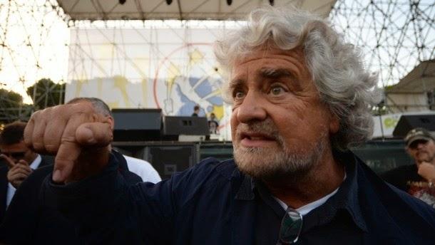 """Ο Beppe Grillo σε εκδήλωση της εκστρατείας τον Οκτώβριο. Ο ίδιος και το κόμμα του, την Ευρώπη κρίσιμη """"πέντε αστέρων"""" ζητά την αποχώρηση από το ευρώ."""