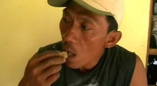 hobi unik, hobi ekstrim, pria makan batu
