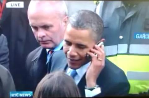 Barack Obama répond au téléphone qu'on lui tend