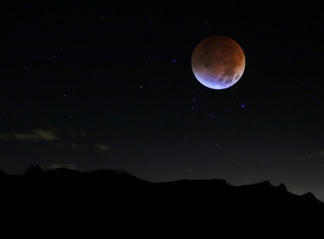 القمر ... كما لم ترآه من قبل .. رااائع  Stunning-photos-of-moon-06