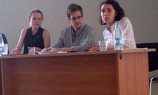 http://4.bp.blogspot.com/-fROmtxLdCRs/UeDChZhchVI/AAAAAAAAh9s/vl3Zwlie2YA/s1600/Edward+Snowden+e+2+ativistas+DDHH.jpg