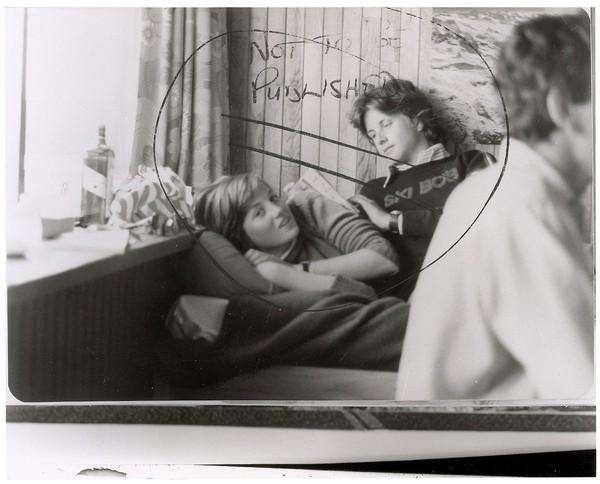 SEKEPING gambar yang akan dilelong menunjukkan Diana (kiri) berada di sebelah Russell.