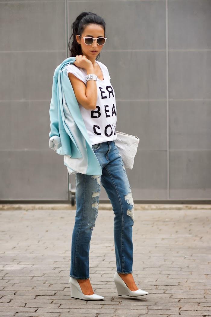 Jeans desgastados camiseta Merci Beaucoup y blazer azul celeste