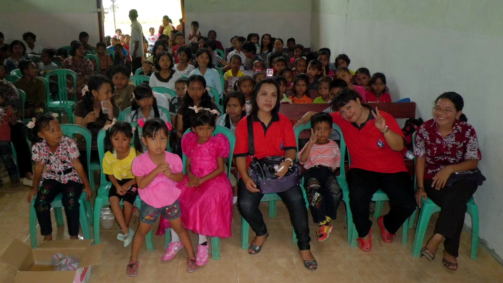 anak Sekolah Minggu di barisan bangku kanan juga siap merayakan Natal