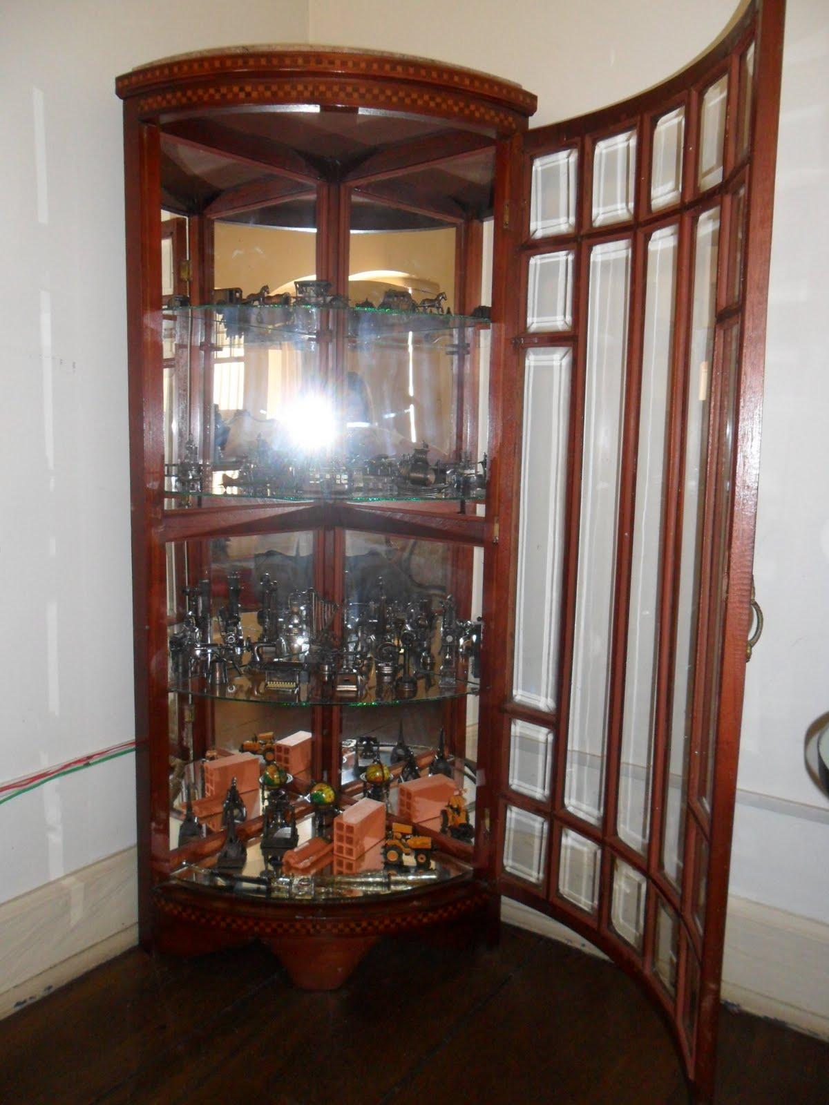 Cristaleira de canto fundo em espelho e prateleiras em vidro  #6B392A 1200x1600
