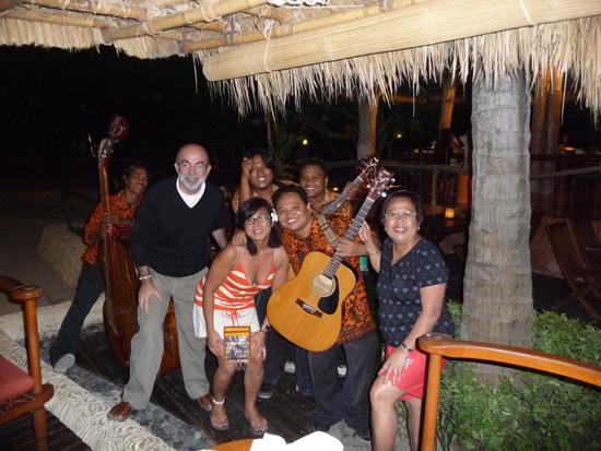 Foto con la banda de música en Lombok