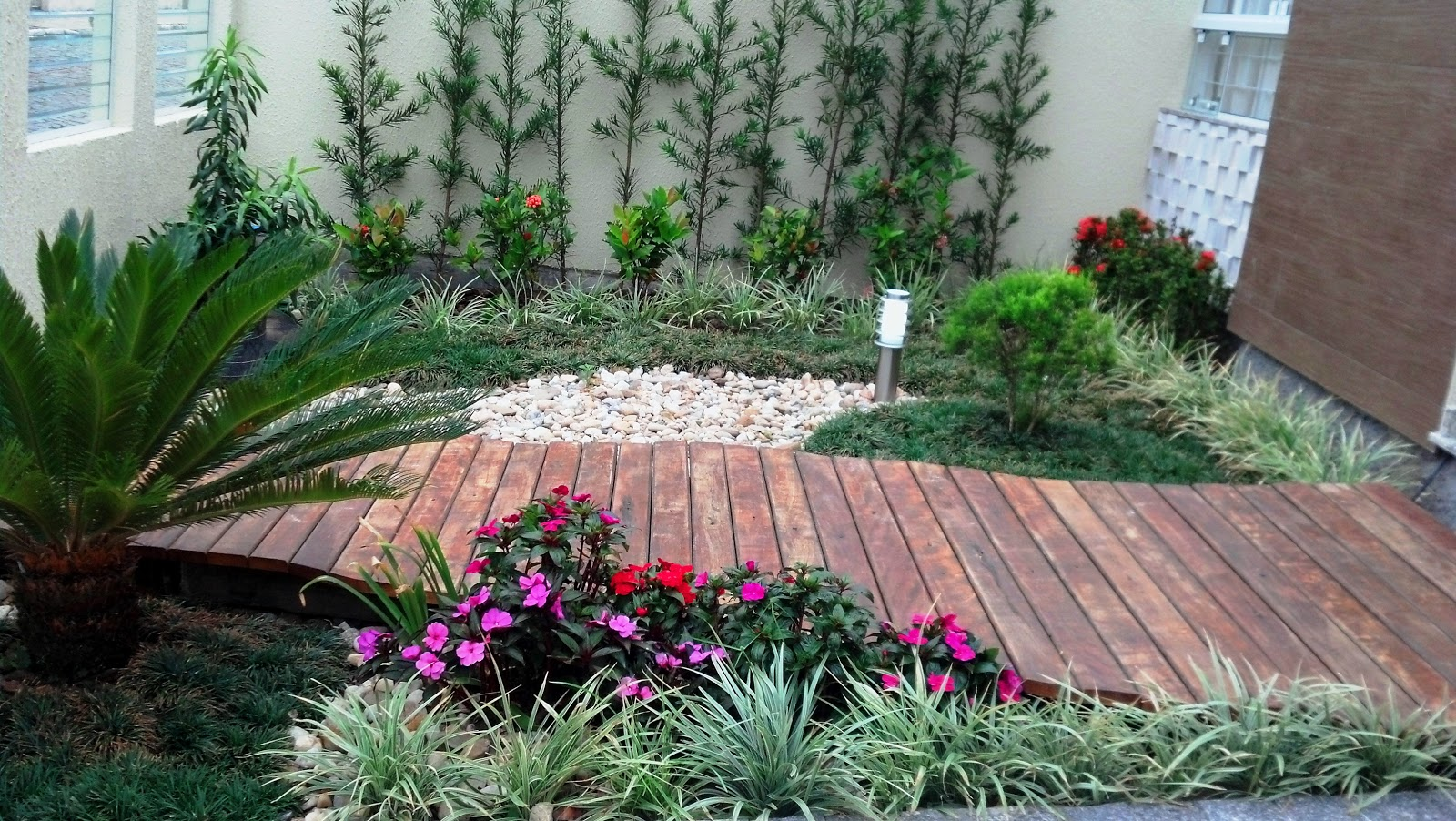 pedras jardim externo : pedras jardim externo:Exória rosa, mini exória, lirióp, mini grama preta