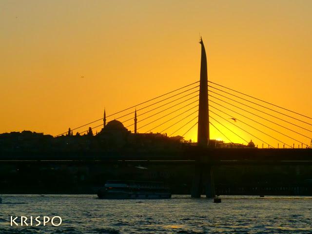Atardecer de Istanbul con Bósforo, puente y mezquita