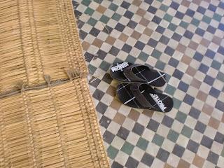 Schoenen van mij uit voor bezoek aan koningsgraf in een moskee