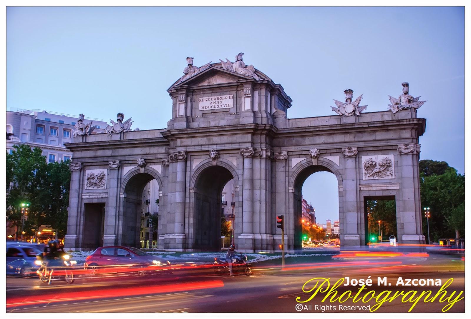 Puerta de Alcalá al crepúsculo.