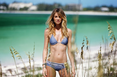 hot Australian model Elyse Taylor sexyn bikini beach