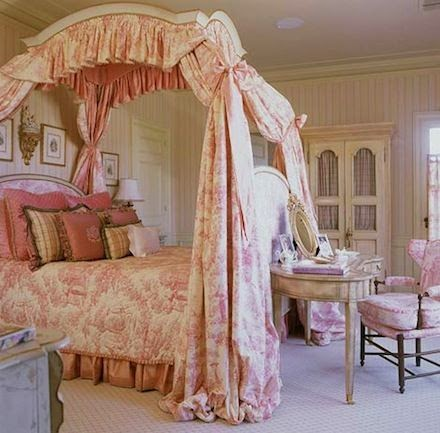 Eye for design decorating grown up pink bedrooms for Tessuti francesi arredamento