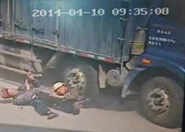 Chinese Father Sacrifices Himself Saves His Son From a Lorry