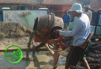 FOTO : Pengadukan cor beton menggunakan mesin molen