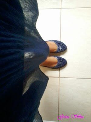 Look do dia: saia azul, blusa branca e jaqueta jeans. Sapatilha azul