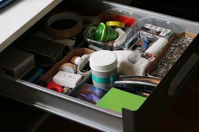 Aufgeräumte Schublade mit der Hilfe diverser Verpackungsschalen