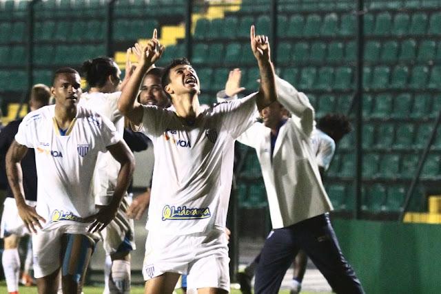 Renan Oliveira aproveitou a sobra e acertou o ângulo da meta do Figueirense (Foto: Jamira Furlani/Avaí)