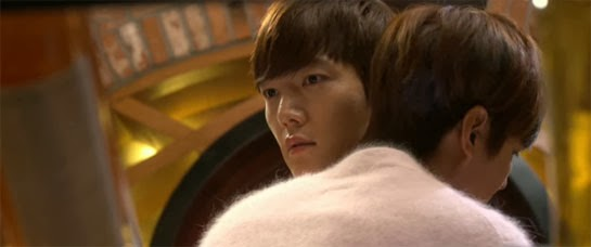 Kim Tan embraces Kim Won played by Choi Jin Hyuk.