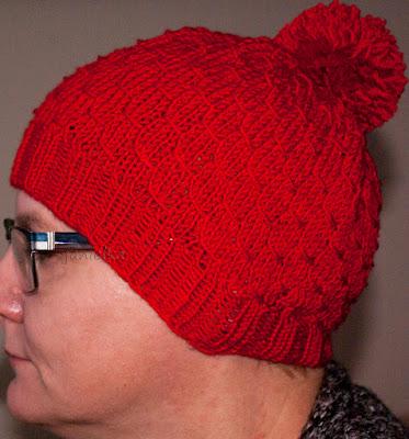 Czerwona czapka na drutach