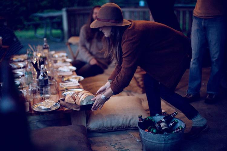 un dia de campo con los amigos-cena rustica montando mesa