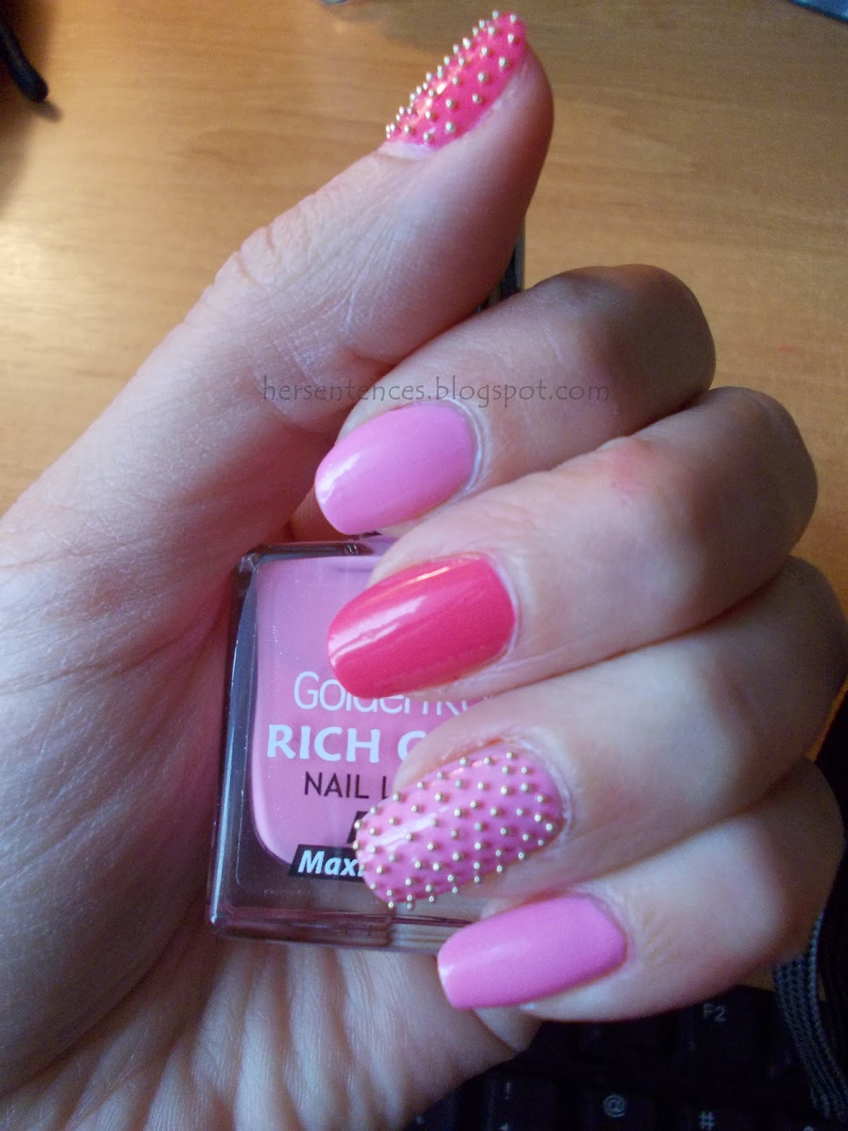 różowe paznokcie z kawiorem