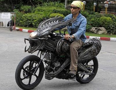 moto convertida en alien y predator