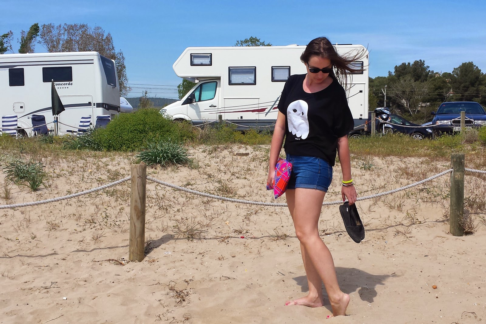 Look playero ideal, camiseta crop top de Carita Bonita, short vaquero de Primark y zapatillas camping de Victoria