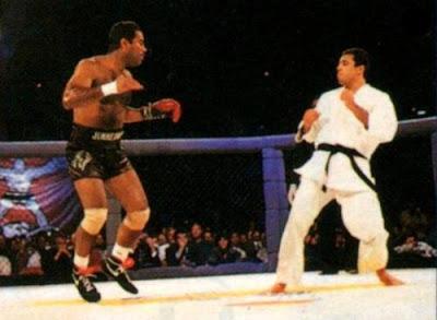 El boxeador Art Jimmerson boxeando con un solo guante frente a Roy Gracie, en el '93