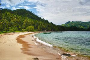 Keindahan Pantai Karanggongso, Berjemur di Pasir Putih
