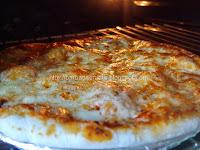 Pizza Margherita scoasa de la cuptor