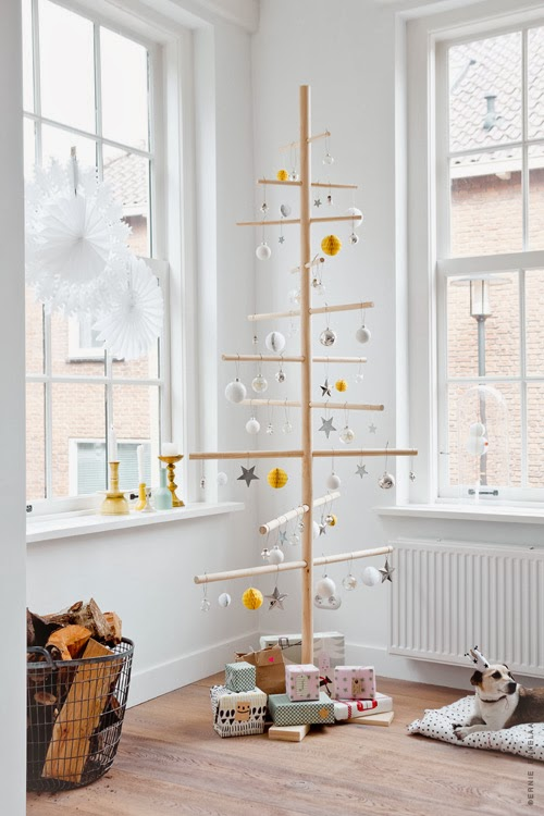 http://blog.jelanieshop.com/interior/a-beautiful-christmas-home-by-dutch-stylist/