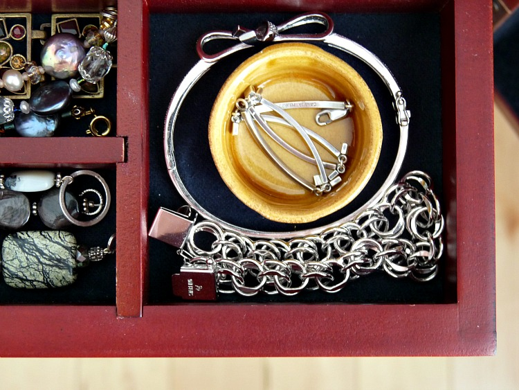 How to keep jewelry untangled