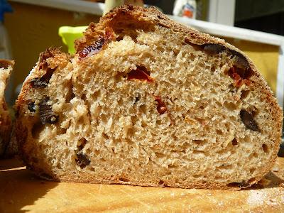 Pan integral de tomates secos y aceitunas negras de La Cocina de Babette