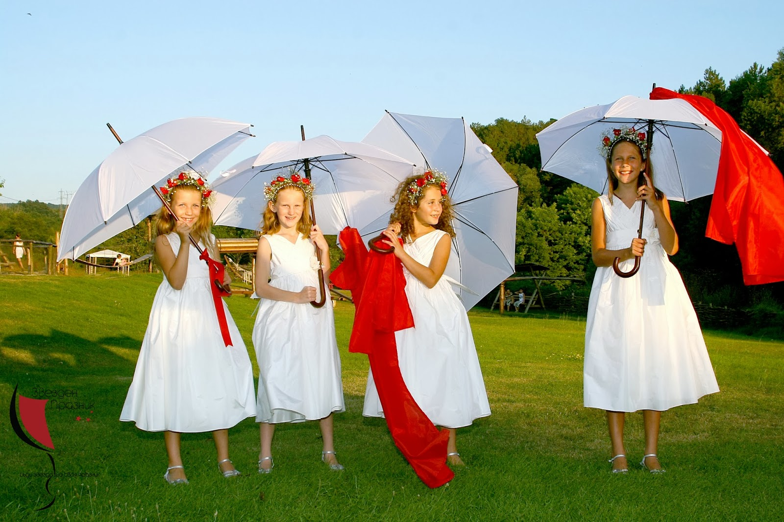 малки шаферки с бели шаферски рокли и бели чадъри
