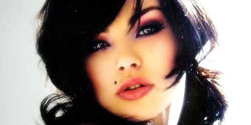 chica sexy con piercing en el labio