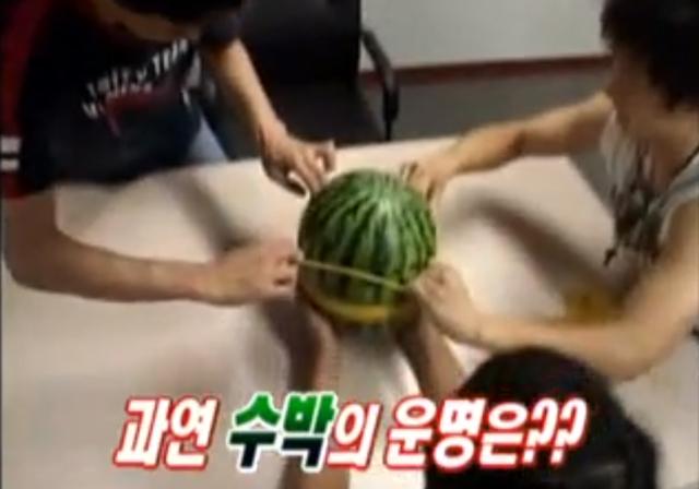 Engraçado: será 500 elástico pode explodir uma melancia