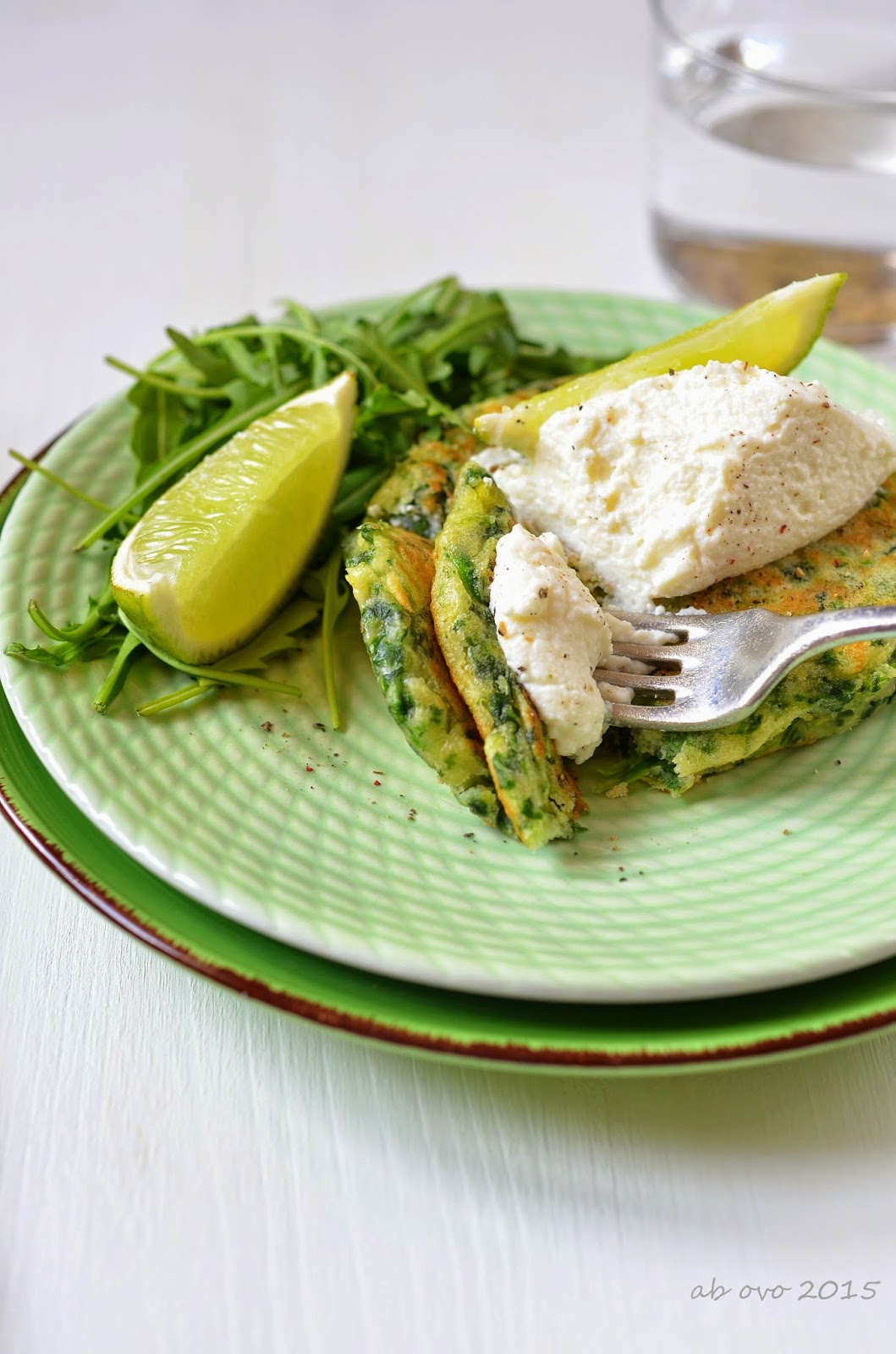 Pancakes-agli-spinaci-con-crema-di-ricotta-al-lime-di-Yotam-Ottolenghi