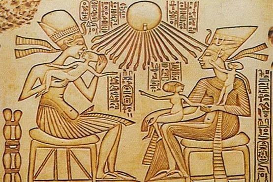 رسم لنقش من تل العمارنة لأخناتون وعائلته ومداعبة بناته اللعب معهن