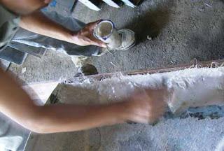 memasukan adonan resin ke dalam cetakan dengan cara dikuas