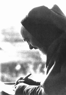 O Padre Pio escrevendo