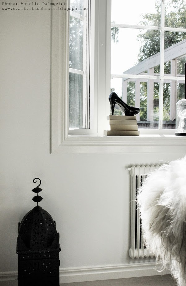 svart porslinssko, svart sko, svarta skor, detaljer i fönstret, inreda, inredning, inspiration, svart marockansk lykta, zbh, zelected by home, inköp i turkiet, shopping i alanya, vita väggar, vitmålat, vitmålade, fårskinn på stol, glasskulptur kosta boda, matstol, matstolar