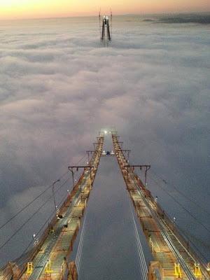 Мост, утопающий в море тумана.