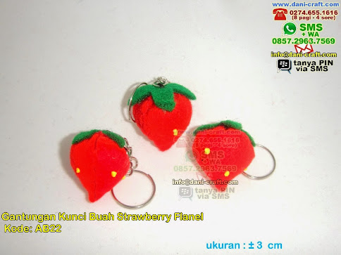 gantungan kunci strawberry flanel