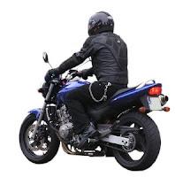 Joven en moto