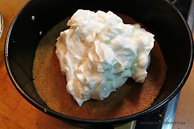 Echando la crema de queso en el molde