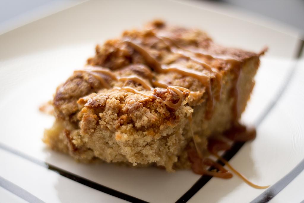 bizcocho relleno con trozos de manzana y cubierto de caramelo toffee