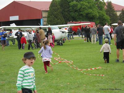 Aeroclub, Aerodromul Teritorial Tg. Mures. Copii alergand.